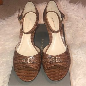 NIB BROWN PRINTED LEATHER BUCKLE FRONT HEEL